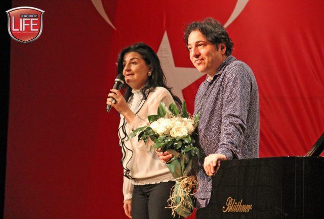 Okulun Kurumlar Koordinatörü Nazan Fettahoğlu, öğrencilere geniş zaman ayıran dünya sanatçısı Fazıl Say'a teşekkür ederek çiçeğini sundu.