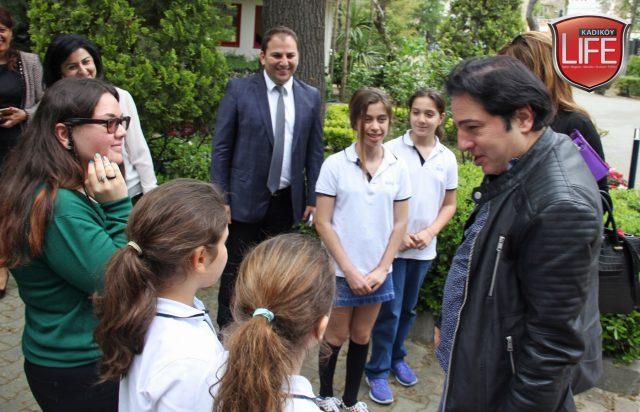 Okulun öğrencileri, dünyaca ünlü sanatçıyı böyle karşıladı.