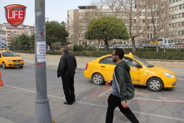 Kadıköy Belediyesi karşısında göz göre göre asılmış günlük kiralık daire ilanı...