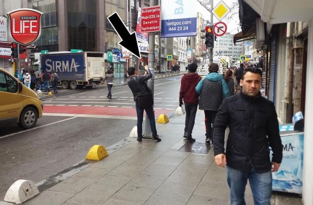 İşte Kadıköy Life Dergisi'nin yakaladığı, günlük kiralık daire ilanları asan bir şahıs... Para kazanma uğruna insanların canı ve malı işte böyle gün ortasında riske atılabiliyor. Herhangi bir tepki ile karşılaşmadıkları için bir hayli rahatlar...