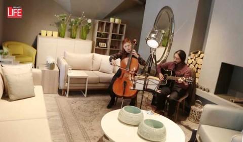 """Tuna Ev'in 2016 İlkbahar & Yaz Koleksiyonu için hazırladığı ürünlerin tanıtımı için düzenlediği kokteyl sırasında konsepti tamamlayan müzik de vardı. Pınar Dikbal ve Arif Ortakmaç'ın oluşturduğu, """"Pnrdkbs Band"""" ikilisi konuklara harika bir müzik ziyafeti de verdi..."""