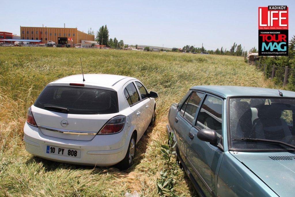 MHP'de olağanüstü kurultaya aşırı ilgi nedeniyle çevrede araçları park edecek yer bulamayan partililer, çareyi tarla kenarlarında bulunca ortaya bu manzara çıktı.