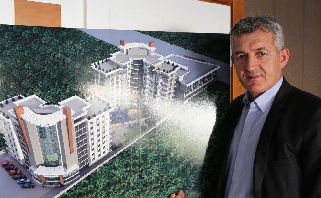 """Fehmi Öztürk, inşaatın hastane olarak planlanıp projelendirildiğini, akıllı bina olarak inşa edildiğini dile getirirken, """"Bu durum işletmecilerine ve kullanıcılarına büyük kolaylık sağlayacak..."""" dedi."""