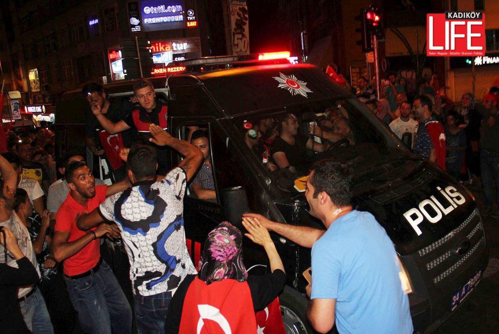 darbe-girisimine-tepki-polise-vatandas-destegi-sokaklar-kadikoy-ikinci-gece-kadikoy-life-dergisi (21)