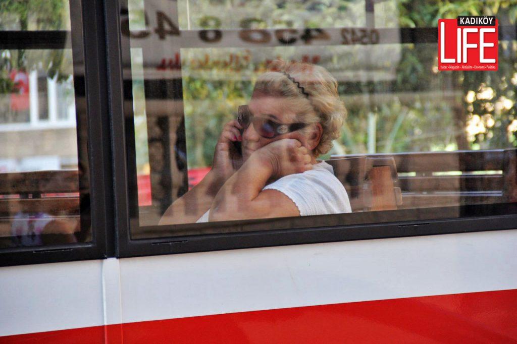"""Genç ve orta yaşlılar """"tabana kuvvet"""" diyerek tramvaydan indiler ancak yaşlı yolcuların işi bir hayli zordu."""