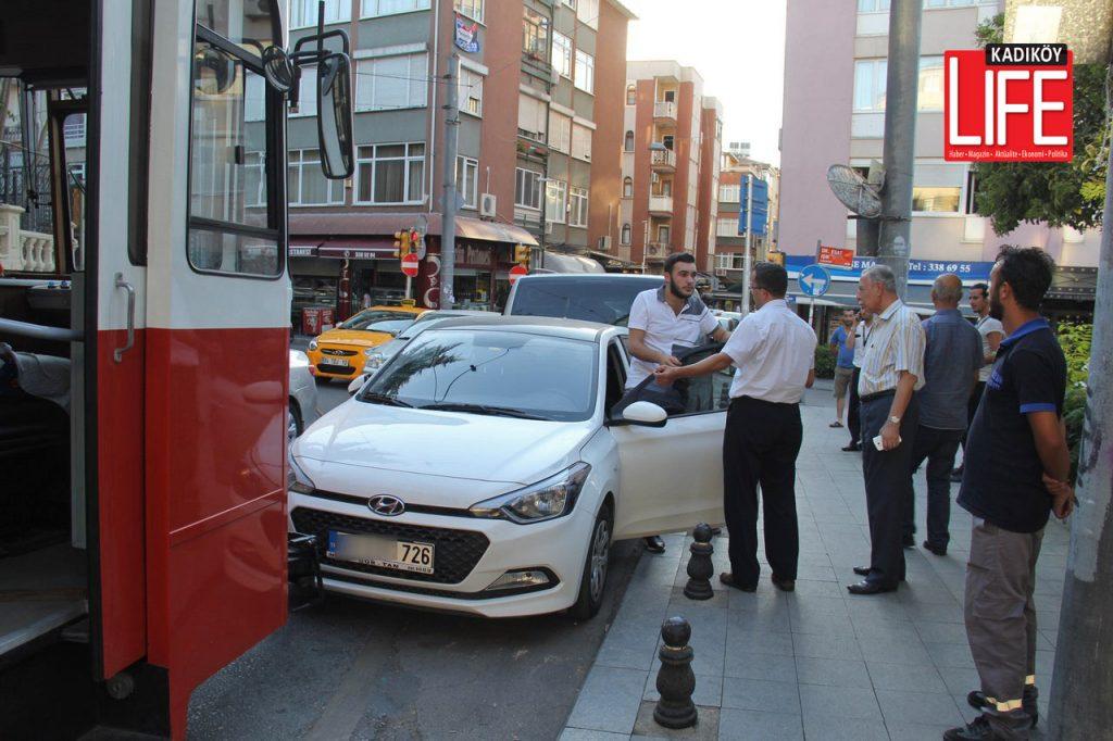 Hatalı park yapan otomobil sürücü geldiğinde her ne kadar vatmanlardan ve vatandaşlardan özür dilese de, bir saate yakın süreyle Caferağa Mahallesi'nde trafik felç; binlerce kişi de mağdur olmuştu.