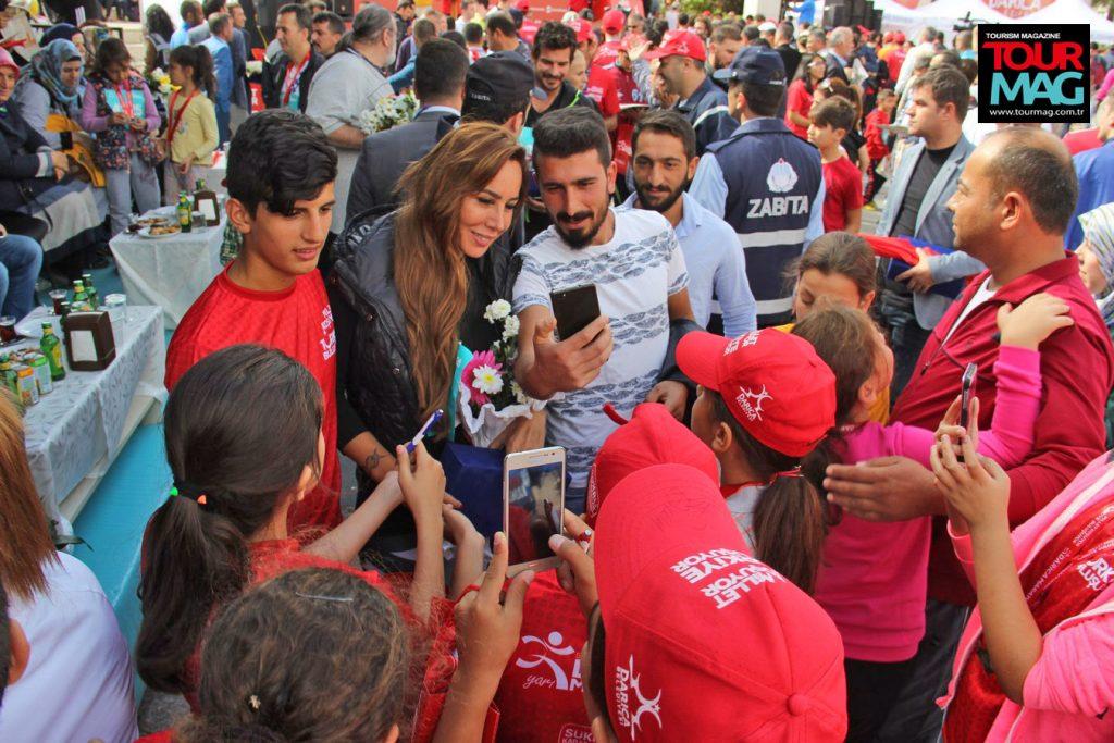 Spor ile sosyal yaşam birleşince, ortaya renkli görüntüler çıktı. Asena, her dakika fanlarının markajındaydı.