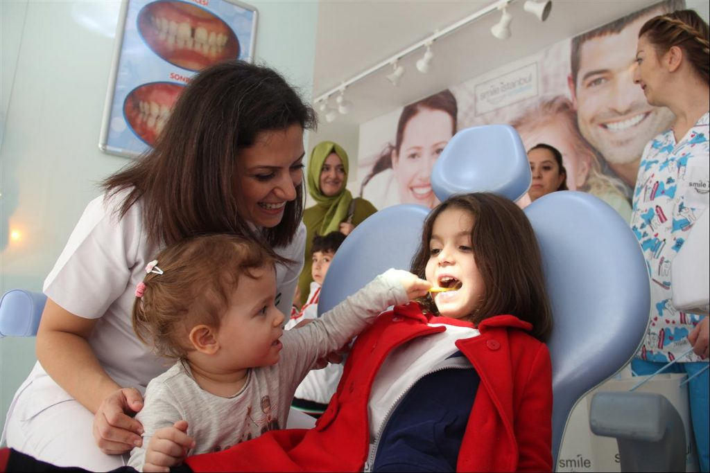Minik Bahar, annesinin izinde... OzelSmileIstanbul-Ortodonti-Agiz-ve-Dis-Sagligi-Poliklinigi-cocuklar-saglik-taramasi-maltepe-anadolu-yakasi-kadikoy-life-dergisi-13-1-1024x683
