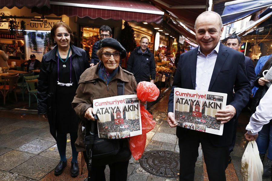 aykurt-nuhoglu-cumhuriyet-gazetesi-dagitti-1
