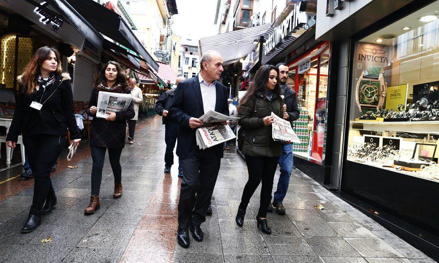 aykurt-nuhoglu-cumhuriyet-gazetesi-dagitti-3