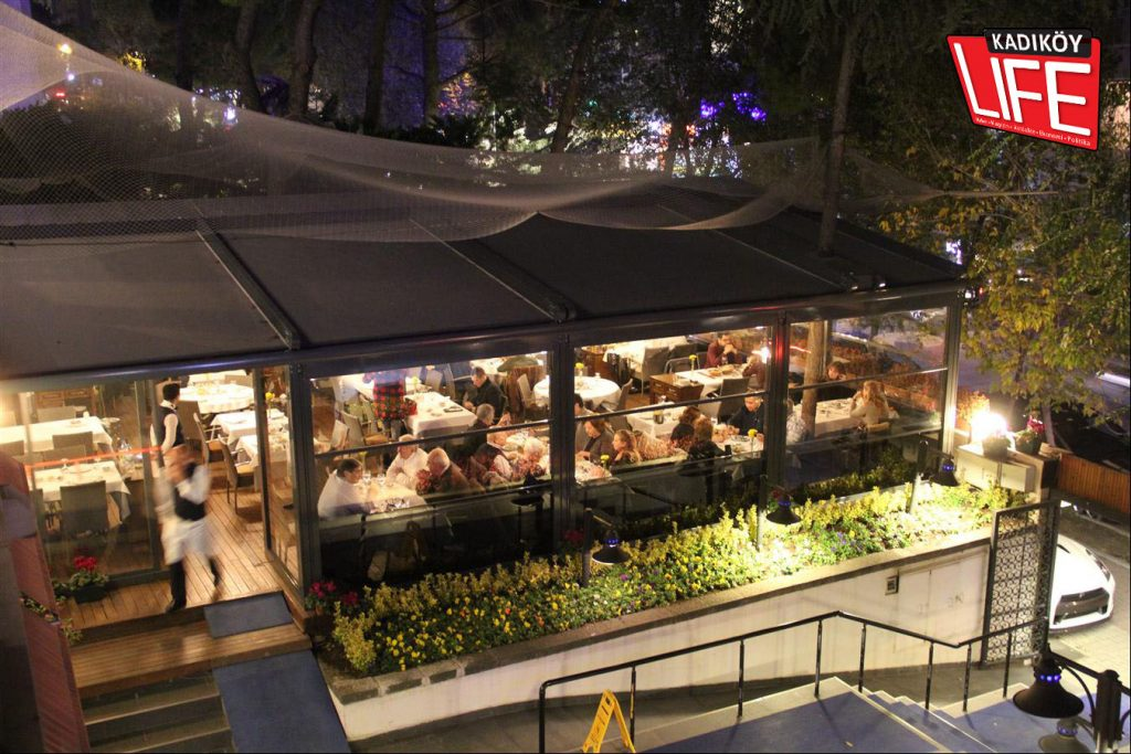 Vino'nun gruplara özel odaları ve balkonları dışında bahçesinin bir kısmı, kış mevsimine özel tasarlanarak bu şekilde hazırlandı. Böylece isteyen misafirler yemek yerken aynı anda Bağdat Caddesi ve bahçeyle de bütünleşebiliyor.