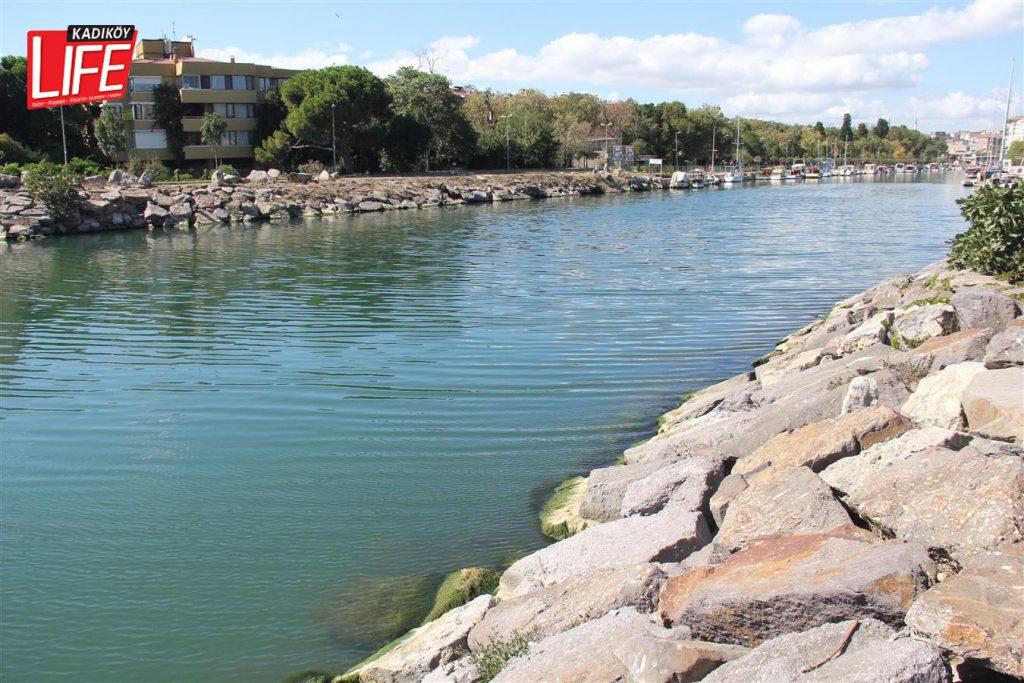 Kurbağalıdere'de son günlerde, bol güneş ışığı aldığı saatlerde işte böyle deniz mavisine dönüşüyor.