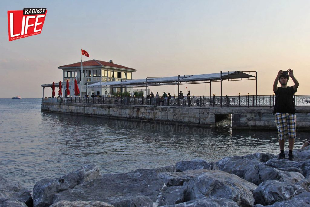 Bu fotoğraf karesini çeken gence, mendirek üzerine çekilmiş çirkin tenteler yerine keşke güzel bir Kadıköy manzarası, görkemli bir iskeleyi verebilseydik...