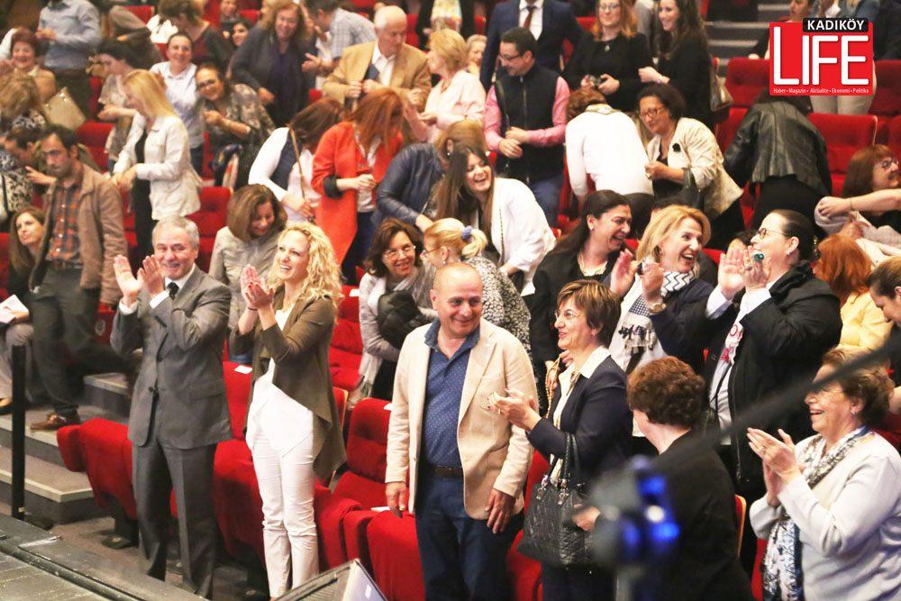 """Antakya Medeniyetler Korosu'nun gösterisi adeta hiç bitmesin dedirtiyordu. Bittikten sonra tekrar sahne alan koro seslendirdiği, """"Memleketim"""" şarkısı ile bütün konuklar uzun süre ayakta alkışladılar. Ama en kuvvetli alkış Kadıköy Belediye Başkanı Aykurt Nuhoğlu'nun eşi Ebru Hanım'dan geliyordu..."""