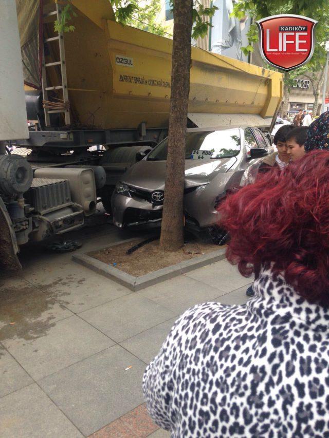 bagdat-caddesi-kaldirimi-bicti-hafiyat-kamyonu-kaza-kadikoy-life-dergisi (9)