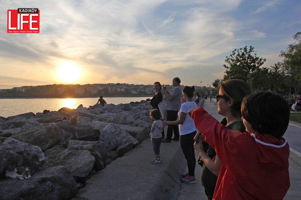 Kadıköylüler, Kalamış ve Moda sahillerinden Türk Yıldızı'nın nefes kesen gösterisini takip etti.