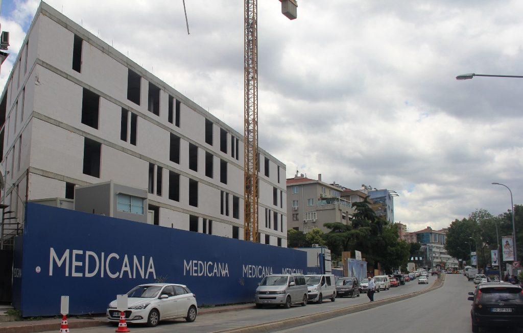 """Bu yıl sonuna doğru, """"Medicana Kadıköy Hastanesi"""" olarak hizmet vermeye başlayacağı bildirilen projenin dış cephe tasarımının hayli iddialı olacağı söyleniyor..."""