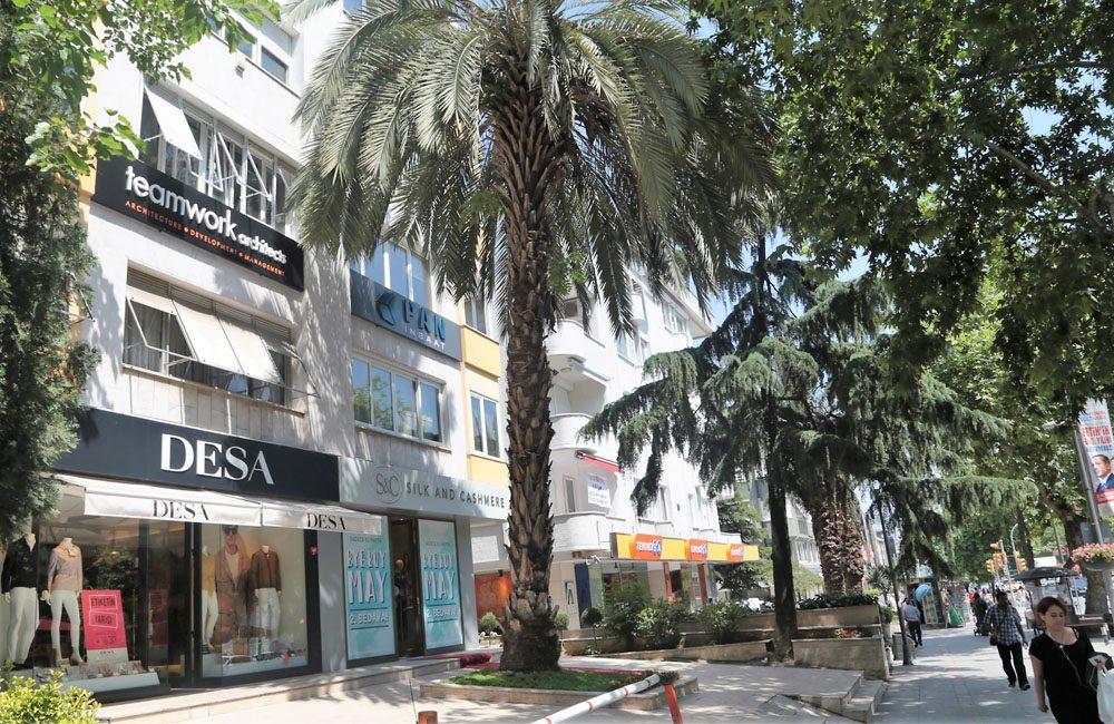 Teamwork Mimarlık Atöyesi'nin yeni adresi Bağdat Caddesi'nin Suadiye bölümünde. VAKKO Köşkü'nün karşısında yer alan yeni ofis son derece modern döşenmiş ve yeni nesil mimarlık teknolojisinin tüm imkanlarına sahip...