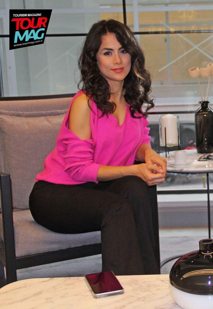 Oyuncu Zeynep Derin Şenyiğit, yarışma provaları öncesinde otel lobisinde objektiflerimize yansıyan isimler arasındaydı.