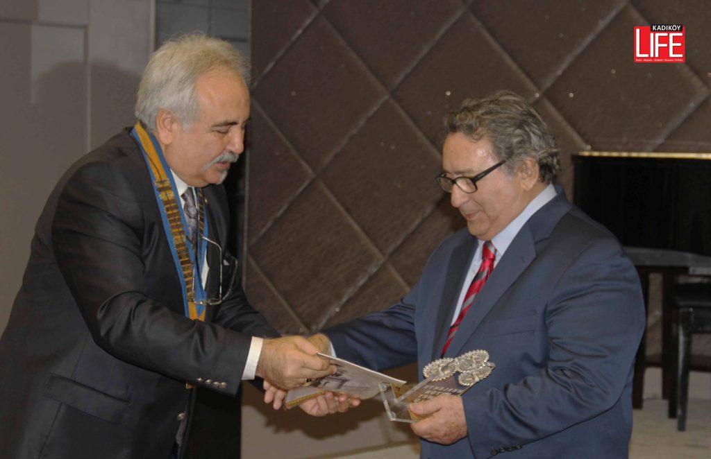 Mete Akyol'a Meslekte Üstün Hizmet Ödülü'nü, o zaman Üsükdar Rotary Kulübü başkanlığı görevini yürüten Dr. Cemal Demir vermişti...