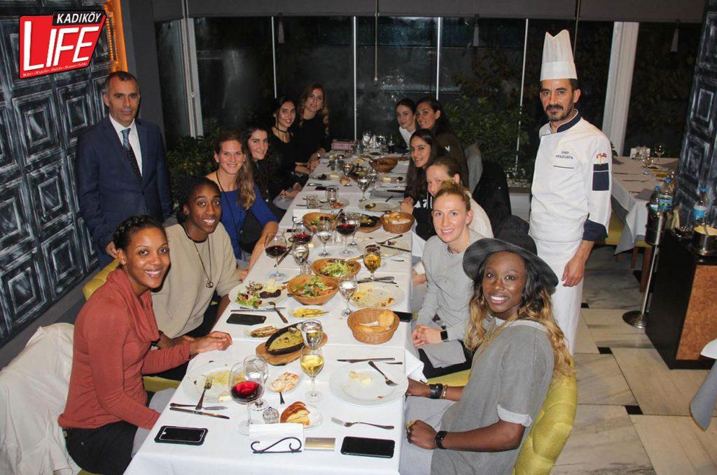 Restoran işletmecisi Recai Ayçiçek ve Şef Fevzi Usta, başarılı bayan basketbolculara özel sunum yaptı.