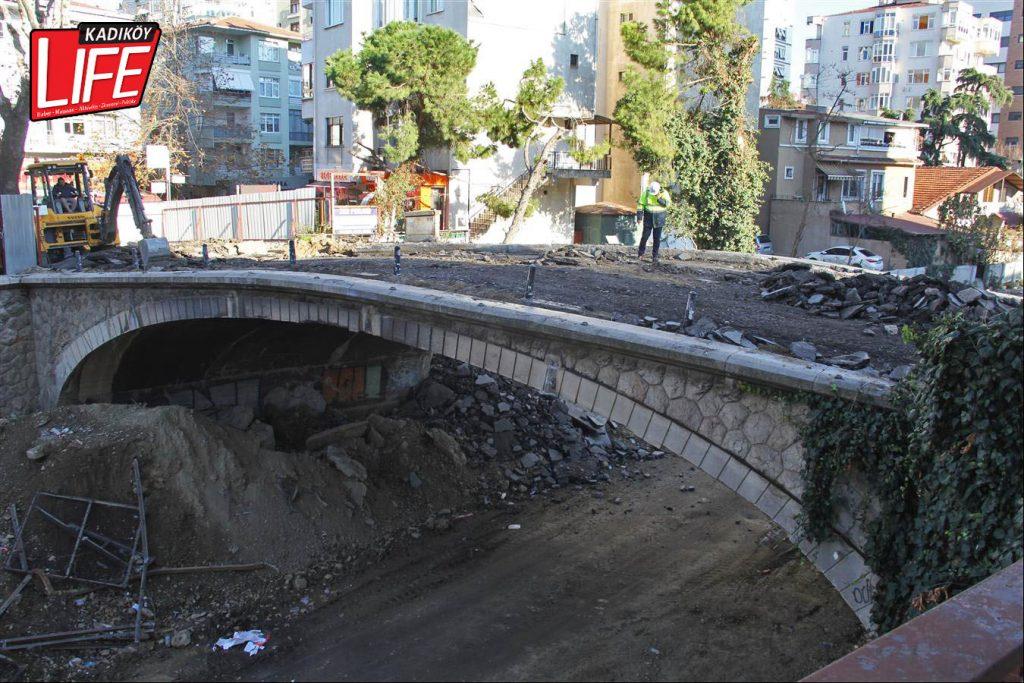 Yapımının 1850'li yıllara dayandığı belirtilen tarihi köprünün taşları, kontrollü olarak tek tek sökülecek. Bu taşların sonraki süreçteki akıbetinin ise önümüzdeki günlerde ortaya çıkması bekleniyor.